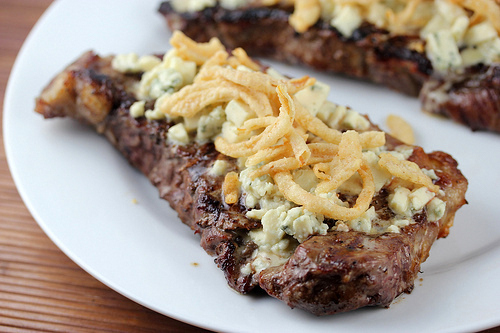 steak_with_blue_cheese_and_french_fried_onions_1