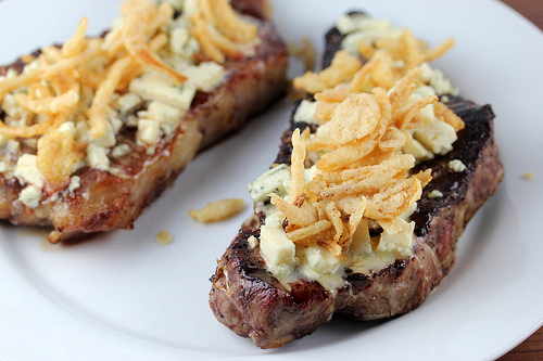 steak_with_blue_cheese_and_french_fried_onions_2