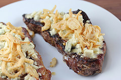 steak_with_blue_cheese_and_french_fried_onions_4